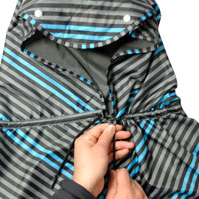 片方ずつコードを引っ張り、ストッパーで止めると襟ぐりが形成でき、着用時の動き易さを確保します。