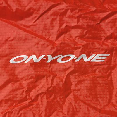 パックカバー背面にはONYONEロゴをプリント。