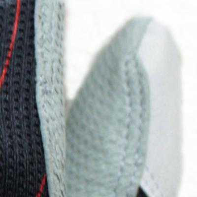 グリップ性に優れた天然皮革(羊革)を使用。