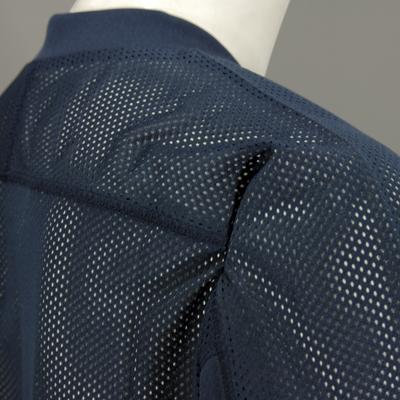 背面部分を全てメッシュ素材を採用し軽量化と通気性が向上します。