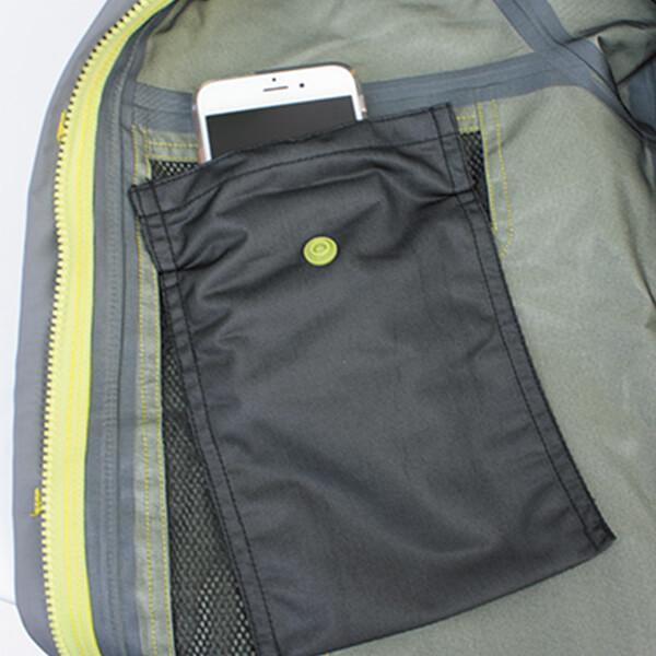 防水内ポケットは水分を通さない素材を使用。携帯電話や紙幣などの濡れを防ぎます。