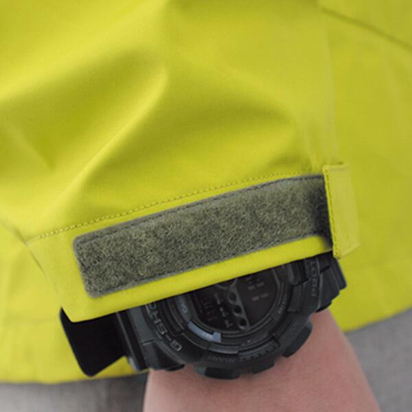 タブ、ゴムシャーリングの位置を工夫した袖口仕様。腕時計の確認が容易です。