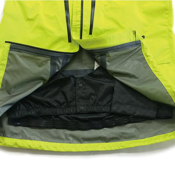 パウダースカート。裾口からの風の巻き込みや雪の侵入を防いでくれます。