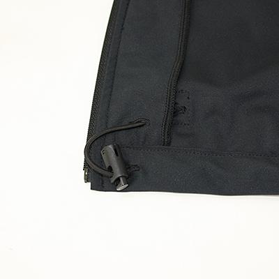 裾はドローコードで調節可能です。