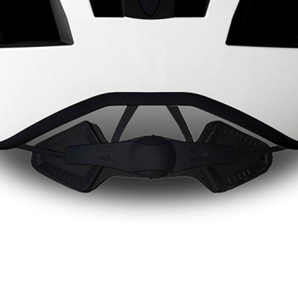 細かい調整が可能で、快適なフィット感を得られるフィットシステム。中央部分のベルトを上下させることでロールフィット自体の位置も設定可能。