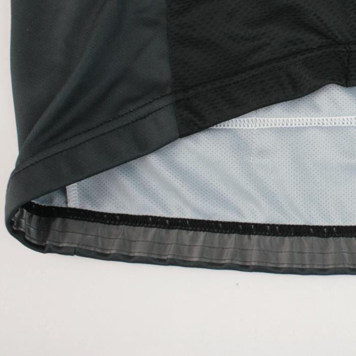 激しい動きの中でもウェア自体のズリ上がりを軽減する為に滑り止めテープを裾裏に採用。