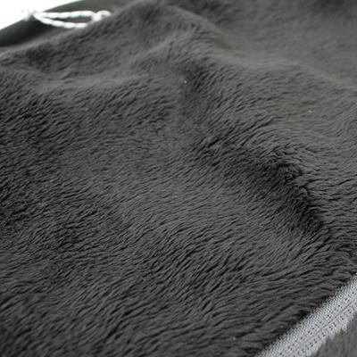 毛足の長い素材が空気の層を作り、保温性を向上させます。