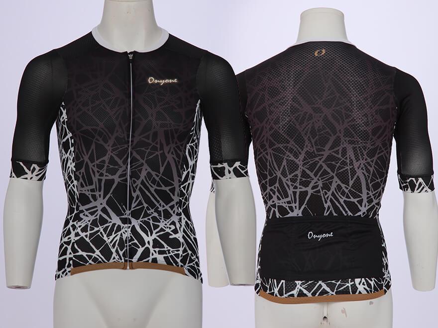 タイトフィット:衣類のバタつきを軽減。ストレッチ素材の配置で脇や背面にかかるストレスを軽減。