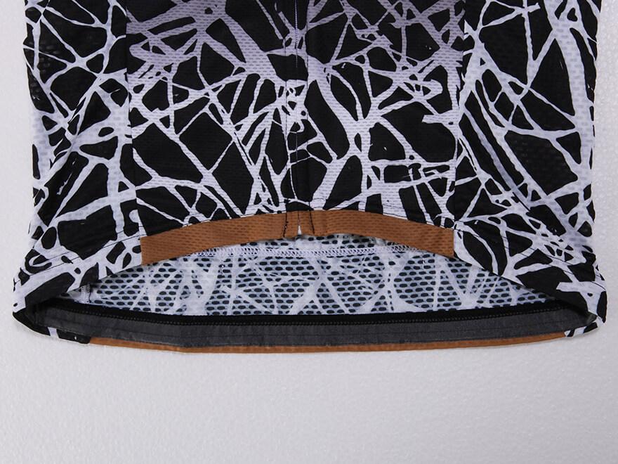 裾滑り止めテープ:激しい動きの中でもウェア自体のズリ上がりを軽減する為に滑り止めテープを裾裏に採用。