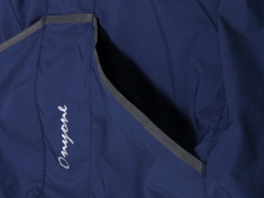 スルーポケット:アウターを着用した状態でもジャージのバックポケットに直接アクセスできる仕様。