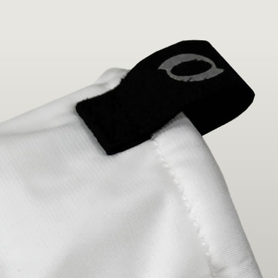 スムーズな着脱を考慮して、上部に再帰反射ロゴつきのつまみパーツを配置。