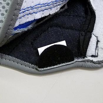 着用をサポートする為に取り付けられた引き手。グローブの耐久性をアップします