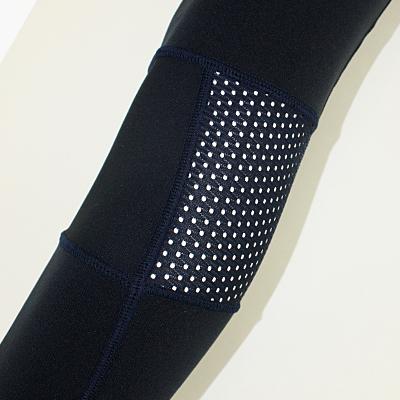 ムレやすい膝裏には通気性の高いストレッチメッシュを配置しています。