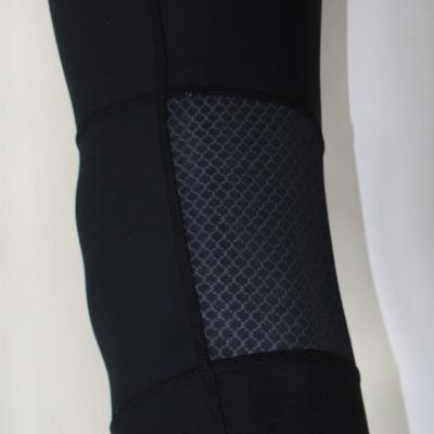 膝裏にストレッチメッシュ素材を配置。長時間の着用でもムレを軽減してくれます。