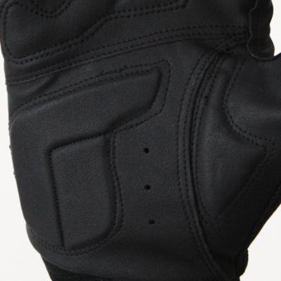 走行中に手の平に掛かる振動や圧迫による疲労軽減を目的として3種の異なる素材を配置しています。