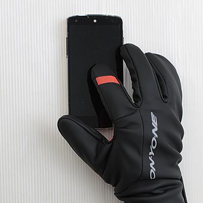 親指と人差し指先にタッチパネル反応素材を配置。