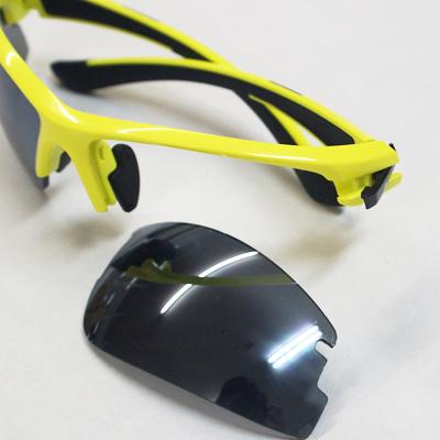 レンズ交換方法3:レンズを下側にスライドさせるとレンズが簡単に取り外せます。 スペアレンズをセットしてつまみ部分を元の位置に戻せば完了です。