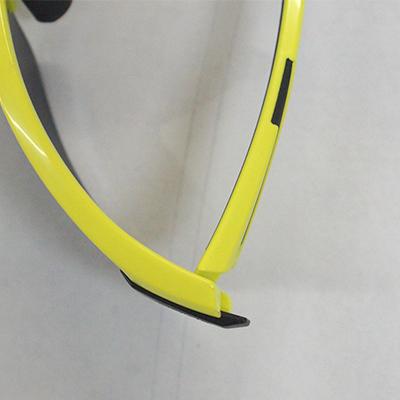 レンズを下側にスライドさせるとレンズが簡単に取り外せます。