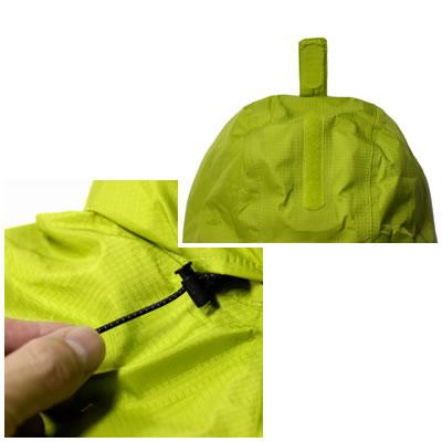 フード開口部の大きさを調整できます。フード頭部にもベルクロ式のサイズ調整機能付きです。