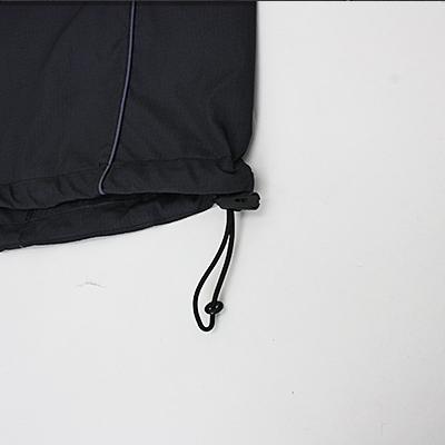 裾はゴムコードで調整可能