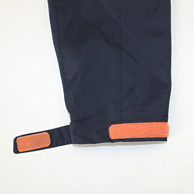 袖口のタブでサイズ調整可能。運動時の袖口のバタつきを軽減します。