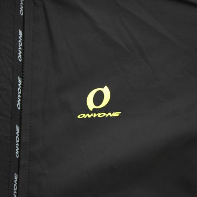 両肩と背中に大きくブランドロゴを配置し、前身頃はあえてシンプルのロゴ配置に。