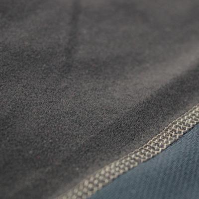 裏起毛素材を使用。起毛部分が空気の層を作り、保温性を向上させます。