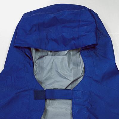頭部にはフード高さを調整できるクイックロンタブ付き。