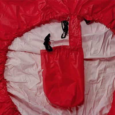 パックカバー本体と袋をテープで連結。本体使用時の収納袋紛失を防止します。