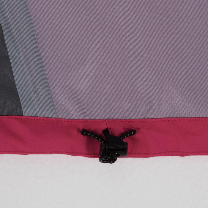 裾アジャスターコード:ジャケット裾の調整が可能。裾をフィットさせることで雨や風の侵入を軽減。