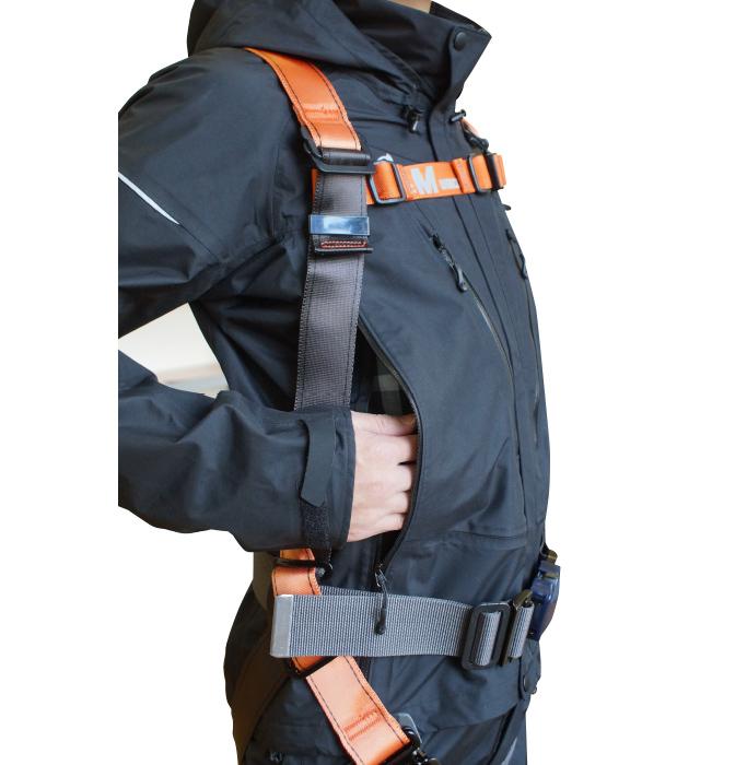 フルハーネスの装着を想定したポケット配置とサイドファスナ-を採用し、