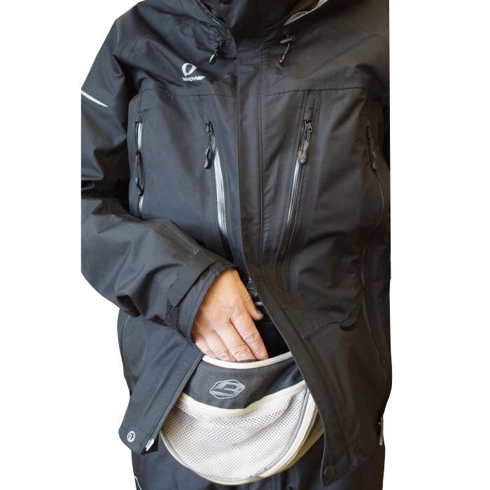 逆開きファスナーを駆使することにより、様々なバリエーションでハーネスの着用が可能です。