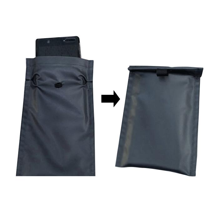特殊な防水素材を使用し、上部を折り返す設計のポケットが、濡れては困るものを水から守ります。