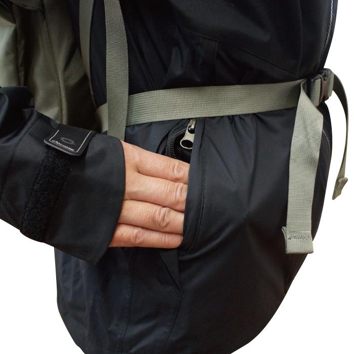 前傾時にポケットに収納したものが前ウエスト部に干渉することを防ぐ位置に脇ポケットを配置します。