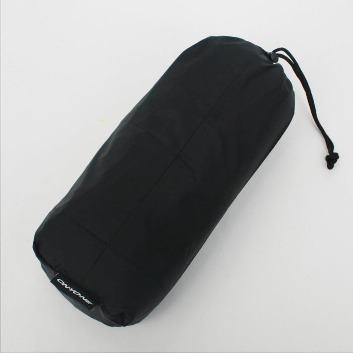 収納袋:レインパンツを収納できる袋付き。