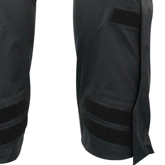 裾口ファスナー仕様で着脱も容易。調整タブ付きで防水性能も高めています。