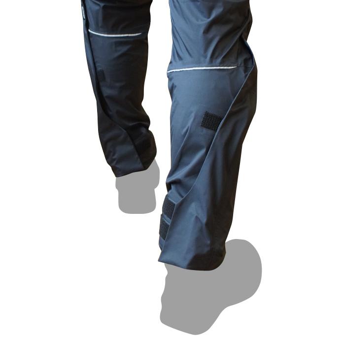 伸張時の裾のずり上がりを軽減するばたつきを抑える調整タブ。フィットさせることで安全性を高めます。