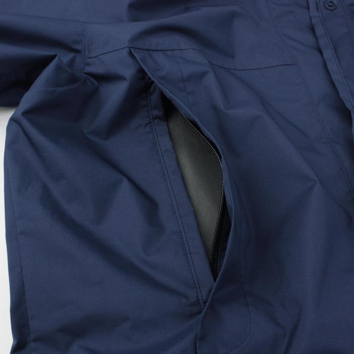 両胸にファスナー付きポケット。ザックベルトやハーネスに干渉しづらい位置に配置しています。