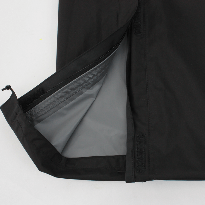 裾ファスナーの位置を従来の位置から上げる事により、簡易的に裾上げ対応可能。市販の裾上げテープで簡単対応。