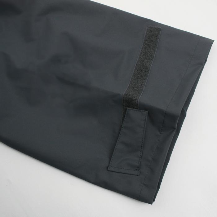 裾口ファスナー仕様で着脱も容易。ダブルフラップ仕様で防水性能も高めています。