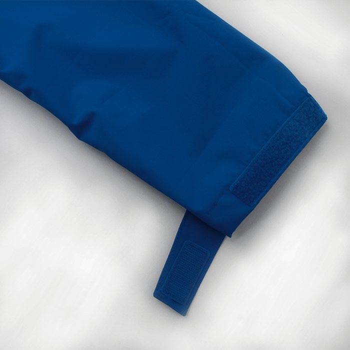 袖口はクイックロン付きタブでアジャストできます。さらに、腕時計が見やすいようにタブ位置を工夫しています。