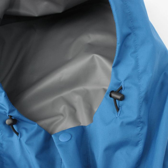 フードの形状にこだわり、さらにドローコード+ストッパーで悪天候時でもしっかりフィットさせる事ができます。