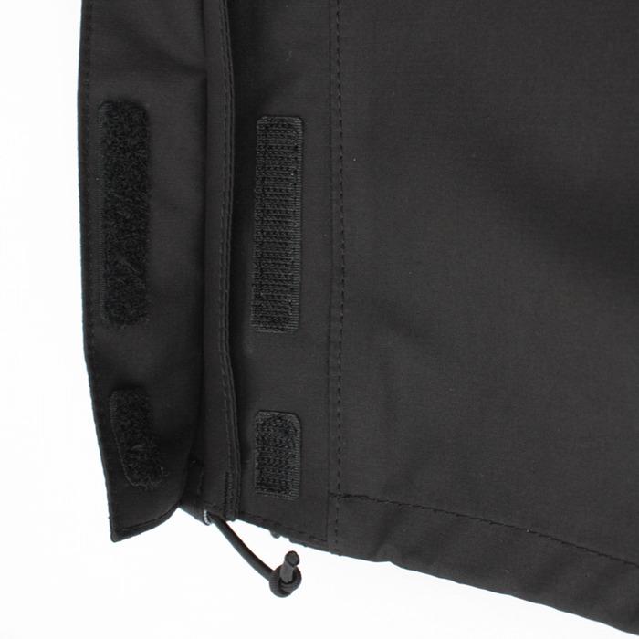 足口アジャスターコード:パンツ足口のドローコードにより裾の調整が可能。裾をフィットさせることで、雨や風の侵入を軽減。