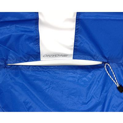 重ね着をした際でもジャージシステムポケットからスムーズにドリンクなどが出し入れできるようバックファスナーを配置