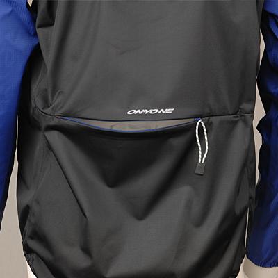 重ね着をした際でもジャージシステムポケットからスムーズにドリンクなどが出し入れできるようバックファスナーを配置。