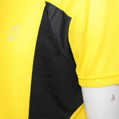 通気性も考慮して脇部分に通気性の高いストレッチメッシュ素材を採用。