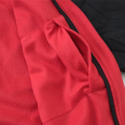 携帯や小物が収納可能なポケットを左胸裏に配置。