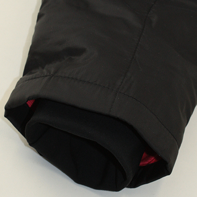 走行中に袖口から冷気が侵入することを考慮したカフス仕様。