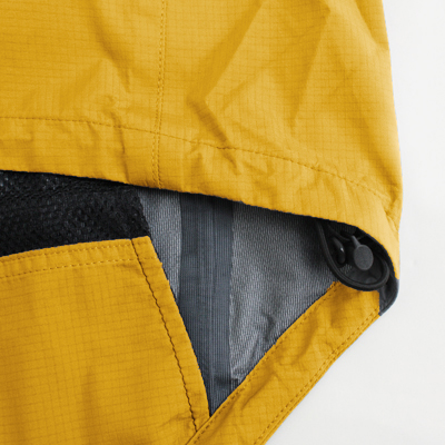 両裾に備え付けられたドローコード。裾口からの雨水の侵入や保温性を向上します。
