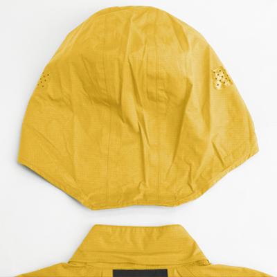 悪天候下でサイクルヘルメットの下に着用することを想定したフード仕様。
